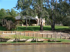 Roonka Riverfront Cottages - Nambucca Heads Accommodation
